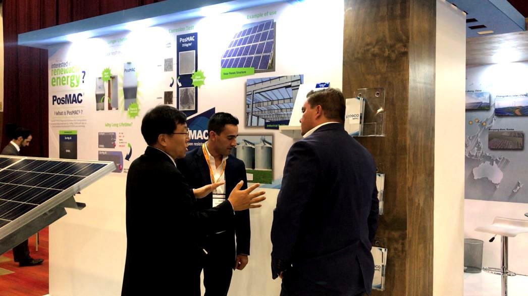 윤태현 POSCO-MPPC 법인장이 포스코 홍보부스를 방문한 고객사 관계자에게 태양광 구조물 적용시 포스맥의 제품 우수성을 설명하고 있는 모습