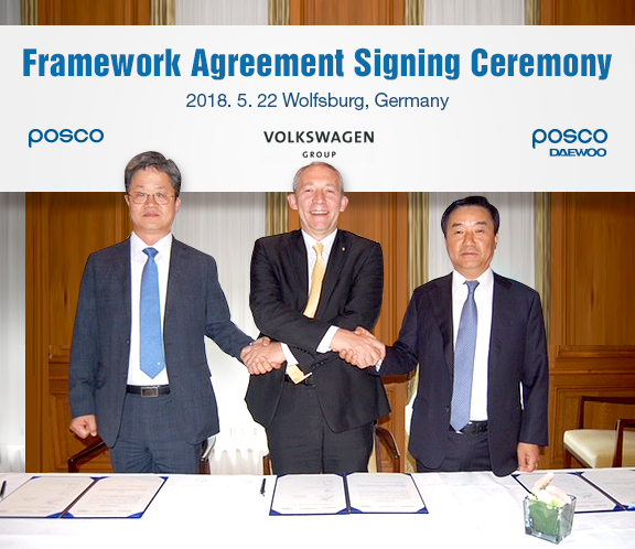 Framework Agreement signing Ceremony 2018.5.22 wolfsburg, Germany posco volkswagen group posco daewoo 포스코와 포스코대우가 글로벌 완성차사인 폭스바겐과 독일에서 전략적 협력 강화에 관한 프레임워크 협약에 서명후 악수를 나누는 모습