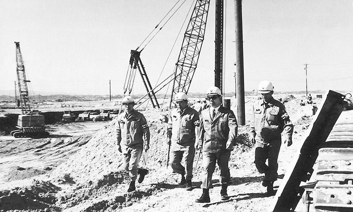 1971년 5월 17일 김광일 당시 제선토건과장이 박종태 포항제철소장, 박태준 사장, 조용선 제선설비반장과 함께 포항 1기 제선설비 공사현장을 둘러보고 있다