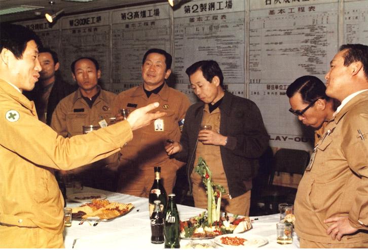 1976년 12월 송년모임에서 김광일 전 건설공정실장이 포항 3기 설비 공사의 성공적 완수를 기원하며 이야기를 나누고 있다.