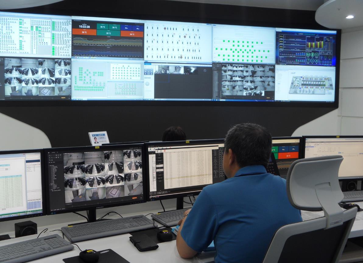 직원이 제철소 내 무인전산실 모니터링 시스템 화면을 통해 현장 IT장치 상태와 무인전산실 환경 등을 실시간으로 모니터링하는 모습.